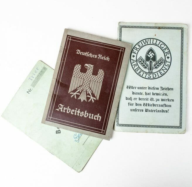 RAD/FAD Freiwilliger Arbeidsdienst group with Arbeitsbuch