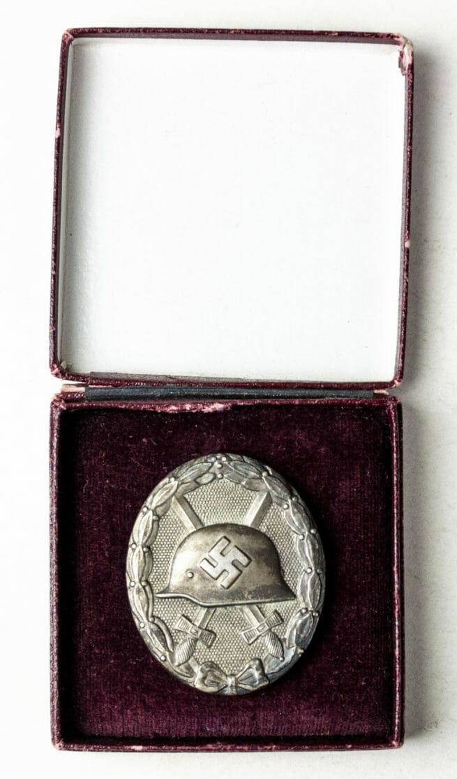 Silver woundbadge (maker 30 Hauptmunzamt Wien) in red case (Verwundetenabzeichen Silber im Etui)
