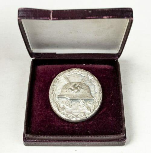 Silver woundbadge maker marked 100 (Rudolf Wächtler) in red case (Verwundetenabzeichen Silber im Etui)