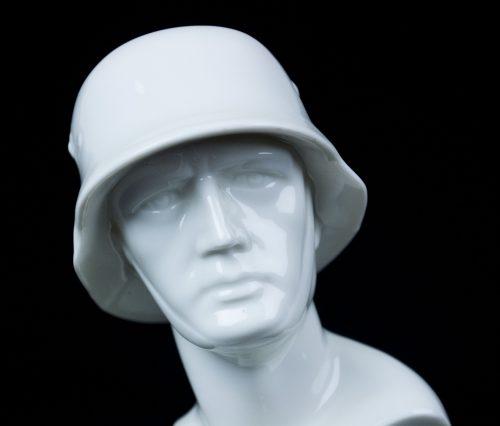 Frontkämpfer porcelain statue with Frontkämpfer Ehrenkreuz (Schaumbach Kunst)
