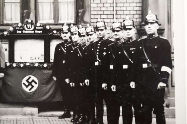 Photo Police and Firebrigade in front of an SS-Das Schwarze Korps Bilderkasten