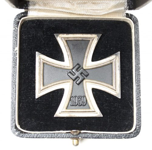 "WWII Eisernes Kreuz / Iron Cross (Ek1) + dark etui (maker ""26"")"