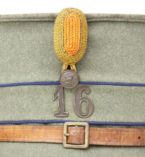 De kepie kokarde van gouden torsade, voor de adjudant onderofficier, de subalterne officier en de hoofdofficieren.