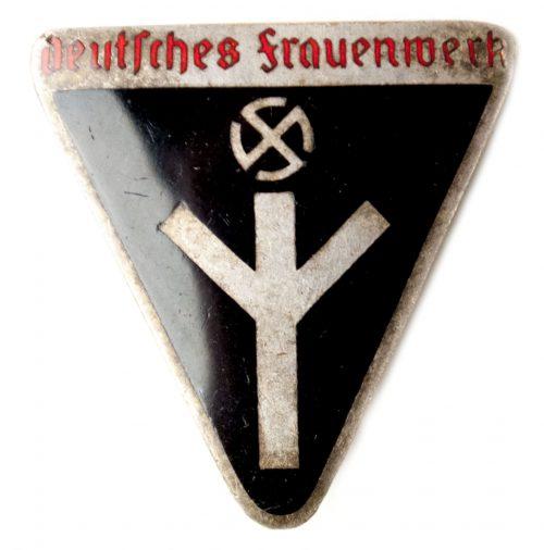 Deutsches Frauenwerk badge M1/158