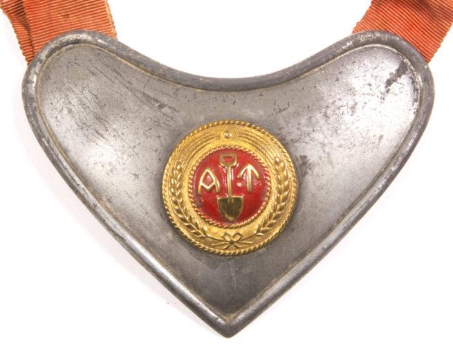 WWII Norwegian (AT) Arbeidstjensten Labour Service gorget for wachtoffiziere.