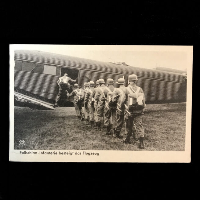 (Postcard) Fallschirm-Infanterie besteigt das Flugzeug