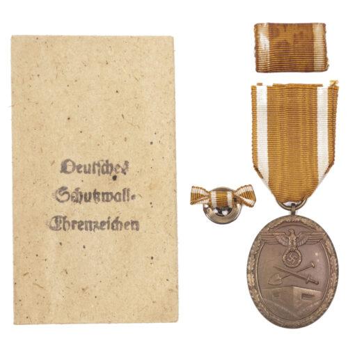 Deutsches Schutzwall Ehrenzeichen Westwal medal + Tüte Bag by maker Carl Poellath + buttonhole ribbon + ribbon
